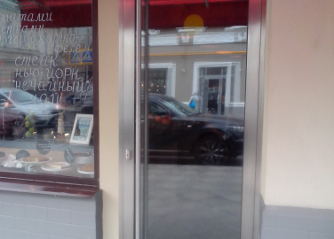 Дверь в кафе на Пятницкой улице